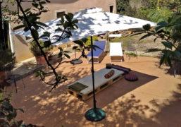 Studio all'aperto nel patio, per i trattamenti di riflessologia plantare On Zon Su durante la bella stagione